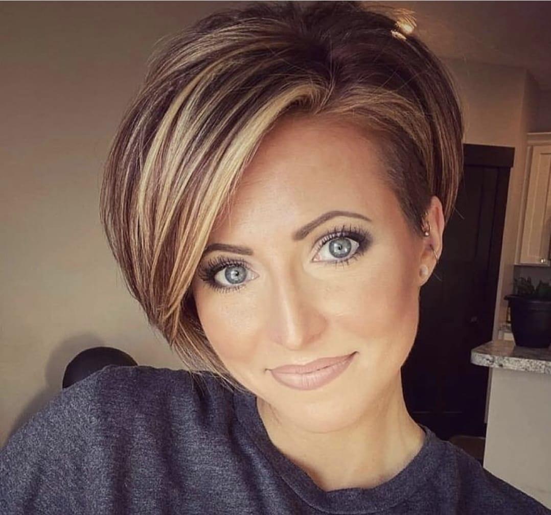 Wie möchten Sie Ihren Beauty-Look im Jahr 2021 ändern? Es ist Zeit, Ihrer Haarfarbe eine frische Note zu verleihen, die Sie seit Jahren nicht mehr verändert haben. Glücklicherweise verspricht 2021 Empfehlungen für jede Haarfarbe und jeden Haartyp, wobei Haarfarben als Trends angezeigt werden. Werfen wir einen Blick auf die angesagtesten Haarfarben von 2021, die Ihre Stimmung verändern, indem sie Ihr Haar gepflegter aussehen lassen. Heller Toneffekt im Frontknall Für diejenigen, die diesen Trend im Jahr 2020 nicht ausprobiert haben, ist der letzte Ausgang 2021! Versuchen Sie, eine dünne Haarsträhne vor Ihrem Haar zu färben oder Ihre kurzen Pony ein paar Nuancen heller als Ihr Haar zu färben. Wenn Sie sich mutiger fühlen und einen modernen Look wünschen, können Sie die Fronten Ihres dunklen Haares in Platin oder Grau / Weiß färben. Wenn Sie sich Sorgen um eine dauerhafte Anwendung machen, können Sie diesen Trend mit temporären Sprühfarben erreichen. In jedem Fall empfehlen wir dringend, diesen Trend einmal auszuprobieren! Wenn Sie möchten, können Sie eine temporäre Farbe ausprobieren und den Puls Ihrer Umgebung testen und mit dem Mut, den sie geben, eine dauerhafte Anwendung vornehmen.